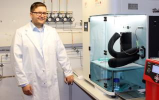 Martin Rieß vor der Messanlage (mixSorb S) zur dynamischen Gasadsorption